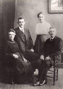 Coenradina Geertruida Dijkstra (1865-1945); Hoezeas Slaterus (1894-1982); Teuntje Slaterus (1899-1982) en Idanus Hendericus Slaterus (1859-1959).