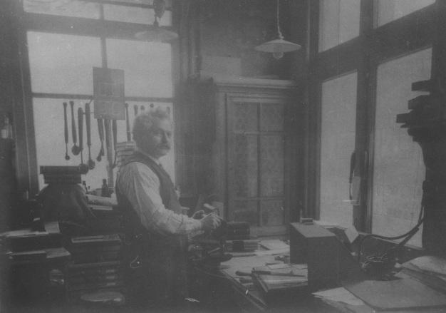 """""""Ter herinnering aan uw 30 jarigen dienstvervulling. 2 Mei 1914."""" Boekdrukkerij en binderij Hubert de Groot, Leeuwarden (Foto van foto Album Jules Seron)"""